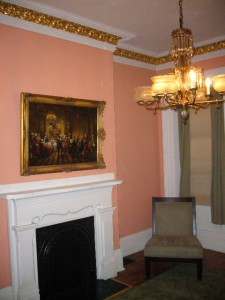 Room with immitation gold leaf molding